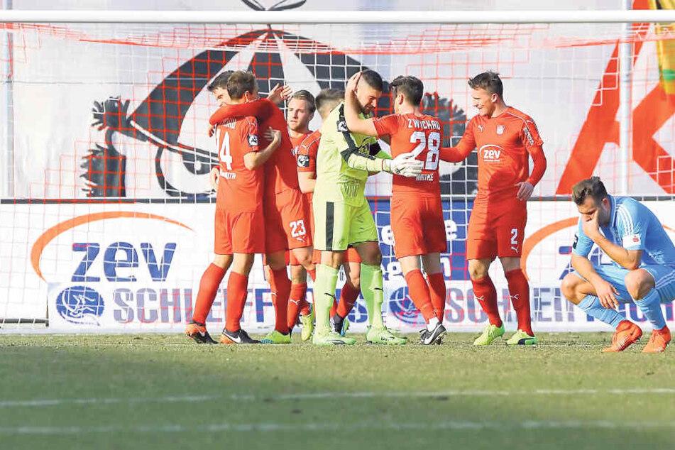 Ein Bild mit Symbolcharakter: Während die Zwickauer jubeln, hocken die  Chemnitzer Tim Danneberg (l.) und Berkay Dabanli (r.) enttäuscht am Boden. Der  Aufsteiger feierte in der Rückrunde nicht nur den 1:0-Derbysieg gegen den CFC, sondern sechs weitere Si