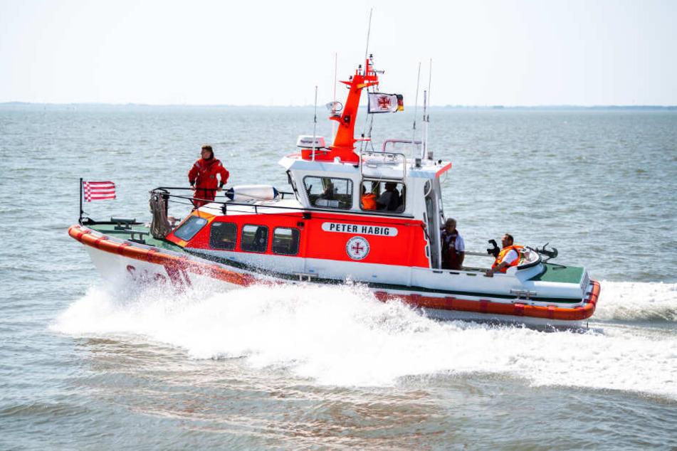 Ein Schiff der Seenotrettung ist auf dem Weg zu einem Rettungseinsatz. (Symbolbild)