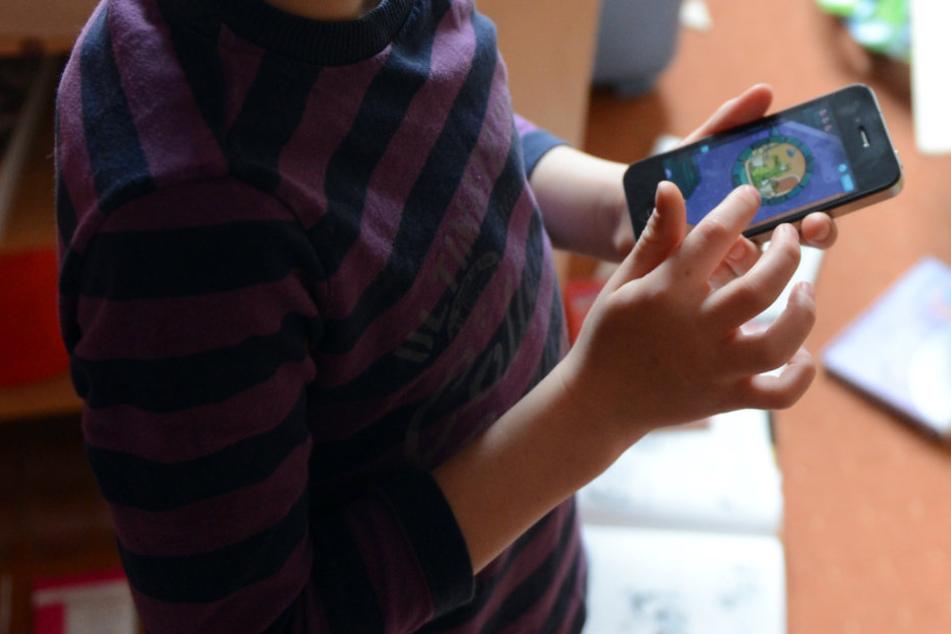Bereits im Krippenalter spielen schon viele Kinder auf Handys rum.