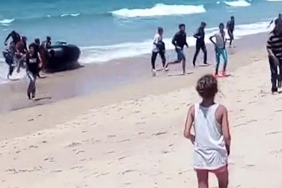 Auch am 9. August beobachtete eine junge Frau völlig perplex, wie ein Flüchtlingsboot in Spanien aufsetzte.