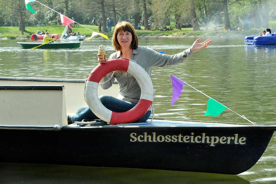 Die Probe auf´s Exempel: Gästeführerin Grit Linke (55) schaukelt mit der  Schlossteichperle auf dem Wasser und probiert ein Salz-Softeis.