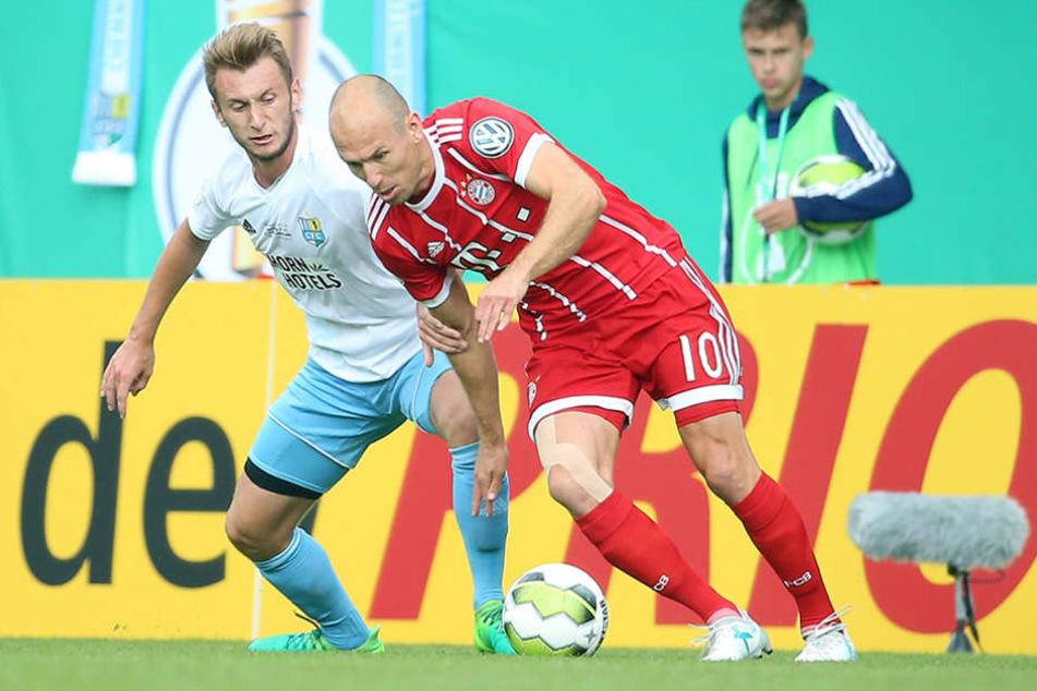 Superstar Arjen Robben (r., gegen Jan Koch) feierte in Chemnitz sein Comeback.