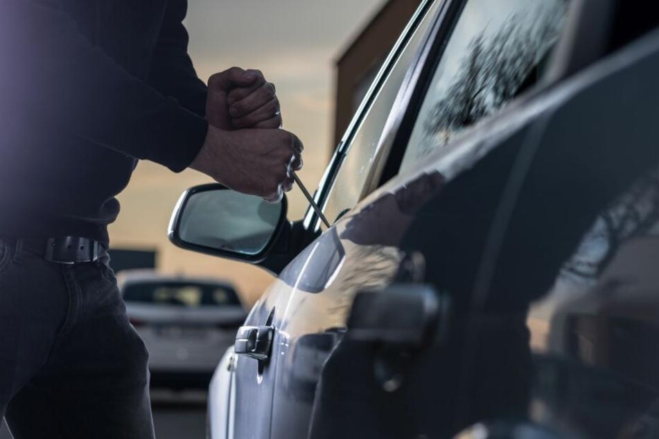 Der Mann klaute den Wagen und sein Besitzer musste tatenlos zusehen. (Symbolbild)