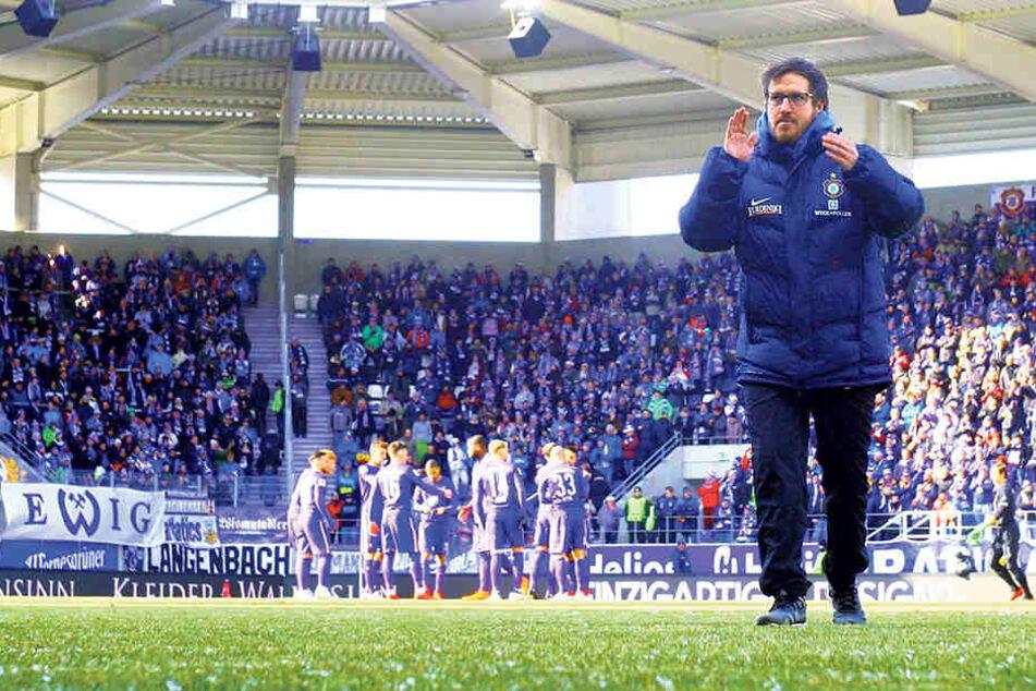 FCE-Trainer Hannes Drews spendet Applaus.Das möchte er auch am Sonntag wiedertun. Gewinnt Aue, wäre es der dritte Sieg in Folge bei Union.