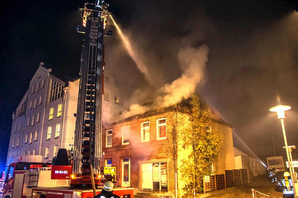 Die Feuerwehr musste bei ihrem Einsatz das Feuer über eine Drehleiter bekämpfen.