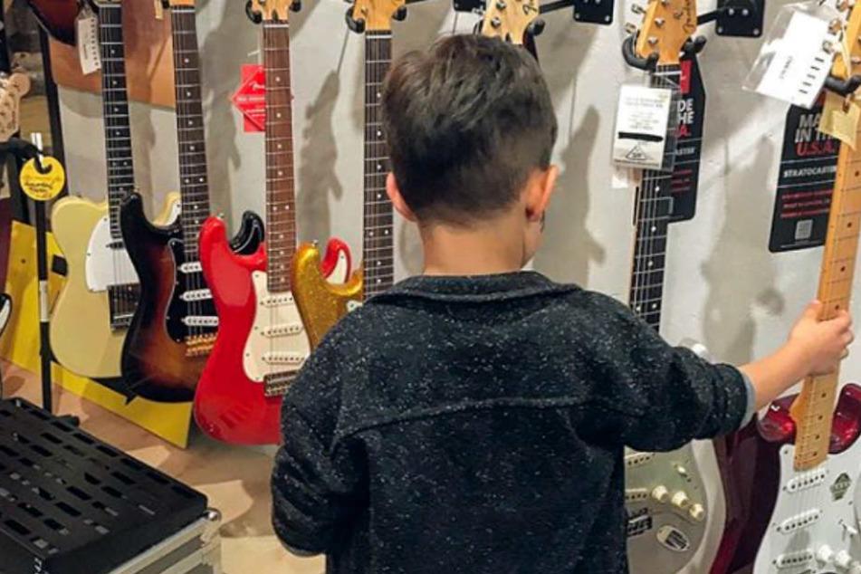 """Nikolas, der kleine Sohn von den beiden """"Let's Dance""""-Stars Oana Nechiti und Erich Klann, möchte offensichtlich ein Instrument lernen."""