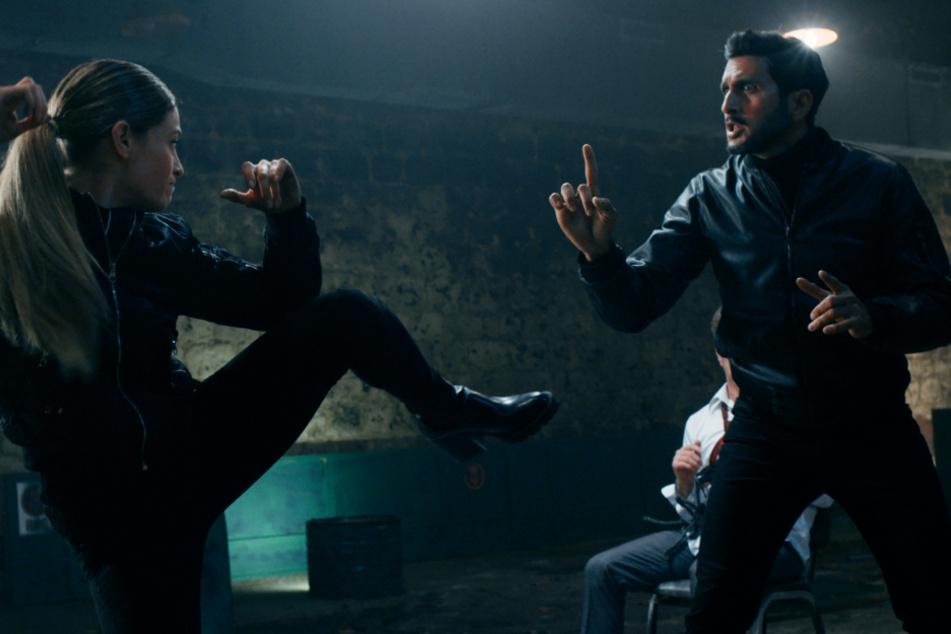 Guy Moran (r., Tsahi Halevi) und CIA-Agentin Linda Harris (Efrat Dor) müssen notgedrungen zusammenarbeiten, obwohl sie sich nicht unbedingt mögen.