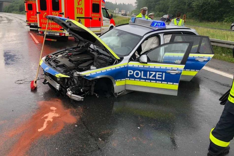 Das Polizeiauto wurde stark beschädigt.