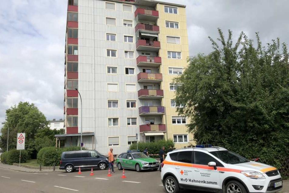 Nach der Tat soll der Mann vom Balkon im dritten Stock gesprungen sein. Er wurde schwer verletzt.
