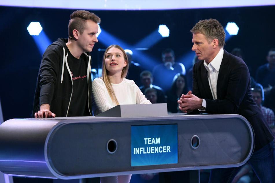 "Moderator Jörg Pilawa (r.) mit den Kandidaten des Teams ""Influencer"": Bianca (M.) und Julian Claßen (l.)"