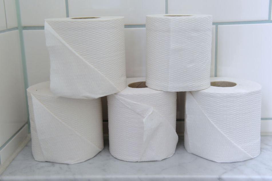 Die Täter knüllten Toilettenpapier zusammen und zündeten es an. (Symbolbild)