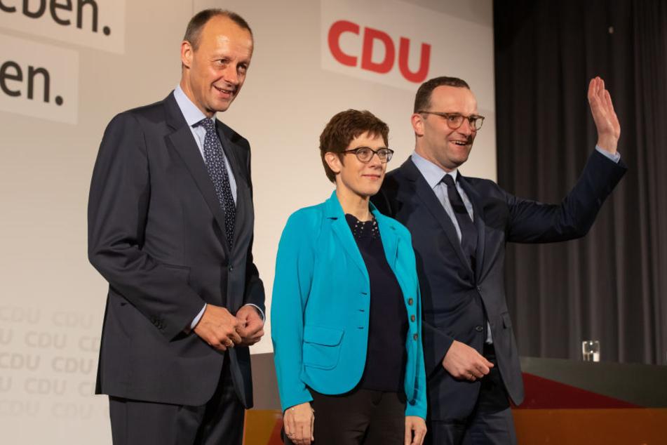 Der ehemalige Unionsfraktionschef Friedrich Merz (v.l.), Generalsekretärin Annegret Kramp-Karrenbauer und Bundesgesundheitsminister Jens Spahn stellen sich bei der CDU-Regionalkonferenz vor.