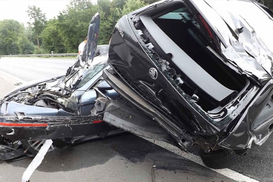 Schwerer Crash auf A1: Skoda überschlägt sich nach Unfall mit Porsche mehrfach