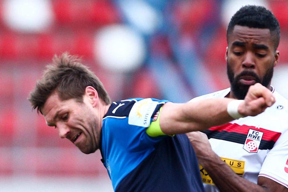 Ronny König (l., gegen Erfurts Kusi Kwame) will beim FSV Zwickau um zwei Jahre verlängern.