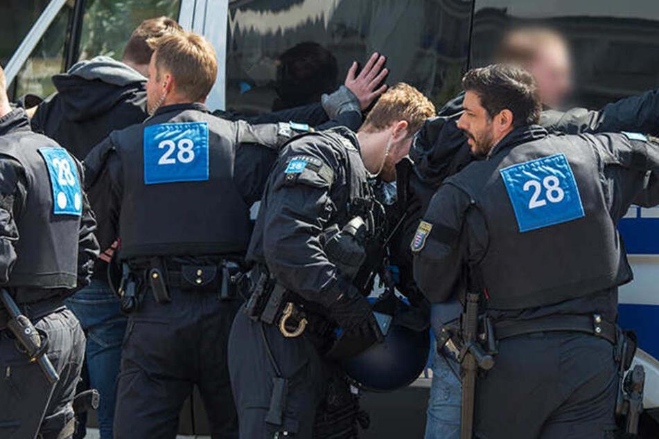 Polizeibeamte waren zu der Asterlagen Arena geeilt, um die Lage unter Kontrolle zu bringen.