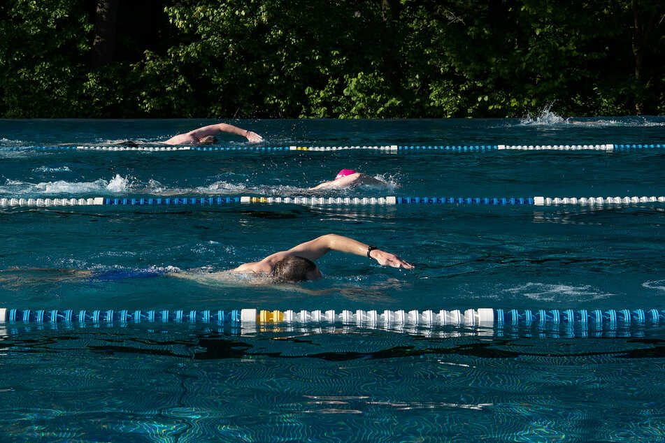 Schwimmer ziehen im Prinzenbad in Kreuzberg ihre Bahnen.