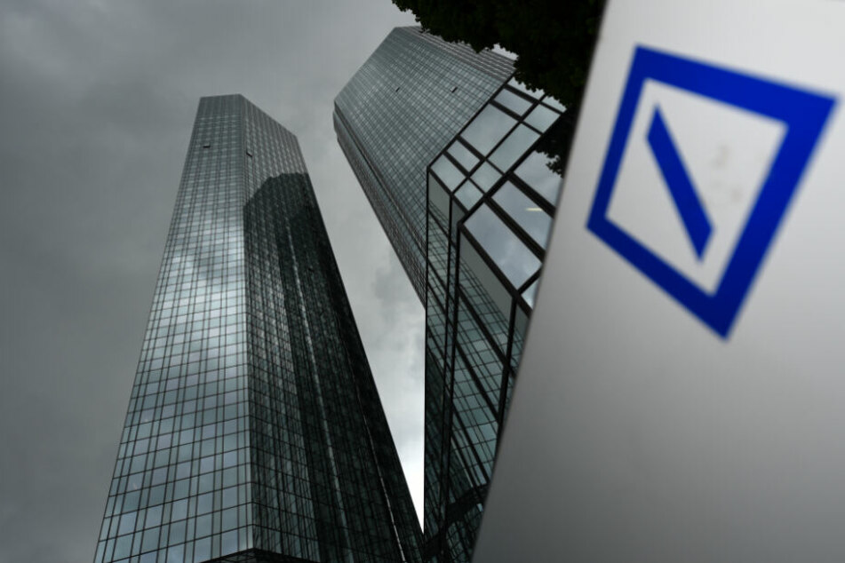 Dunkle Wolken ziehen über der Zentrale der Deutschen Bank auf (Symbolfoto).