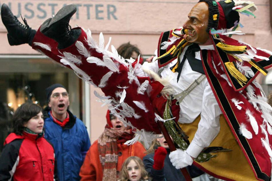 Am heutigen Samstag startet die schwäbisch-alemannische Fastnacht. Im Bild: Die Narrenfigur Federa Hannes beim Rottweiler Narrensprung. (Archivbild)