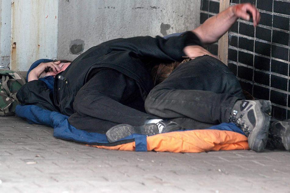 Unbekannte zündeten in der Nacht zum Dienstag zwei Obdachlose an (Symbolbild).
