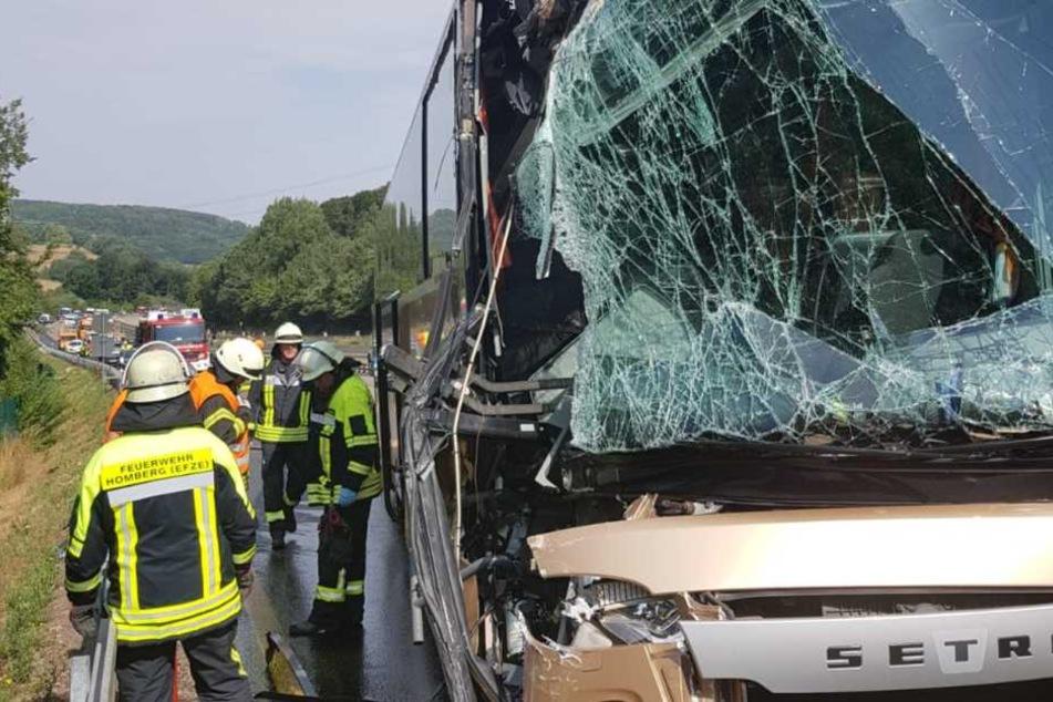 Der Bus wurde an der Front deutlich sichtbar eingedrückt.