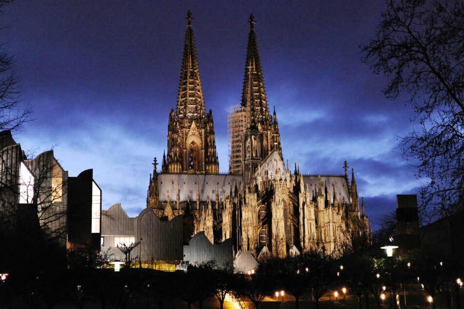 Der Dom zieht die Besucher wieder stärker als in den Vorjahren nach Köln.