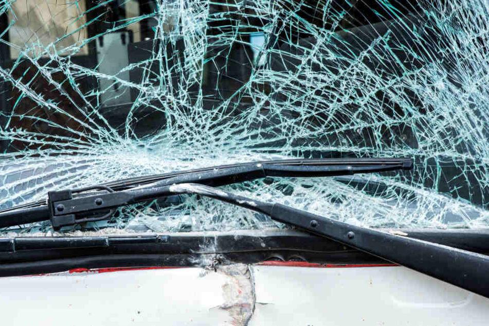 Als der junge Mann auf das Auto sprang, wurde die Frontscheibe beschädigt. (Symbolbild)