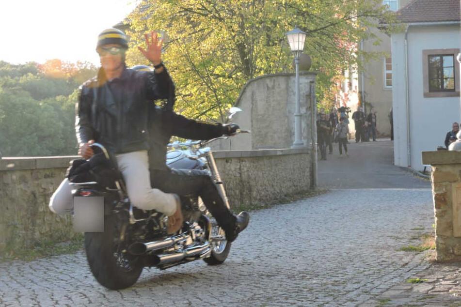 Und tschüß! Grimmas Oberbürgermeister Matthias Berger (50) braust verkehrt herum auf dem Gelände von Schloss Mutzschen davon. Was er da wohl gemacht hat?
