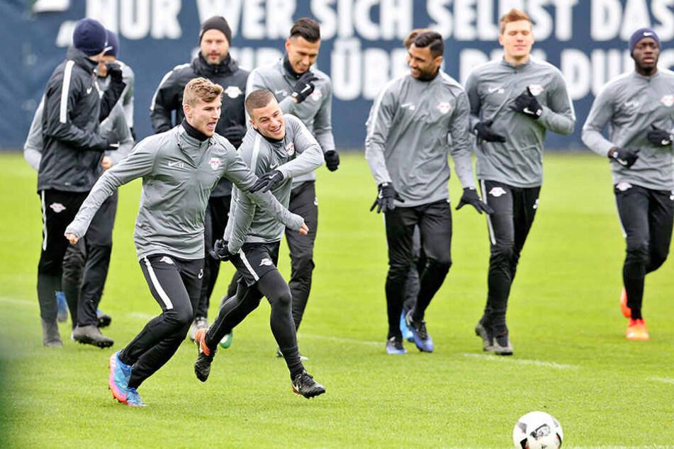Gut gelaunt beim Training: Der RB-Leipzig bereitet sich auf das Spiel gegen den VfL Wolfsburg vor.