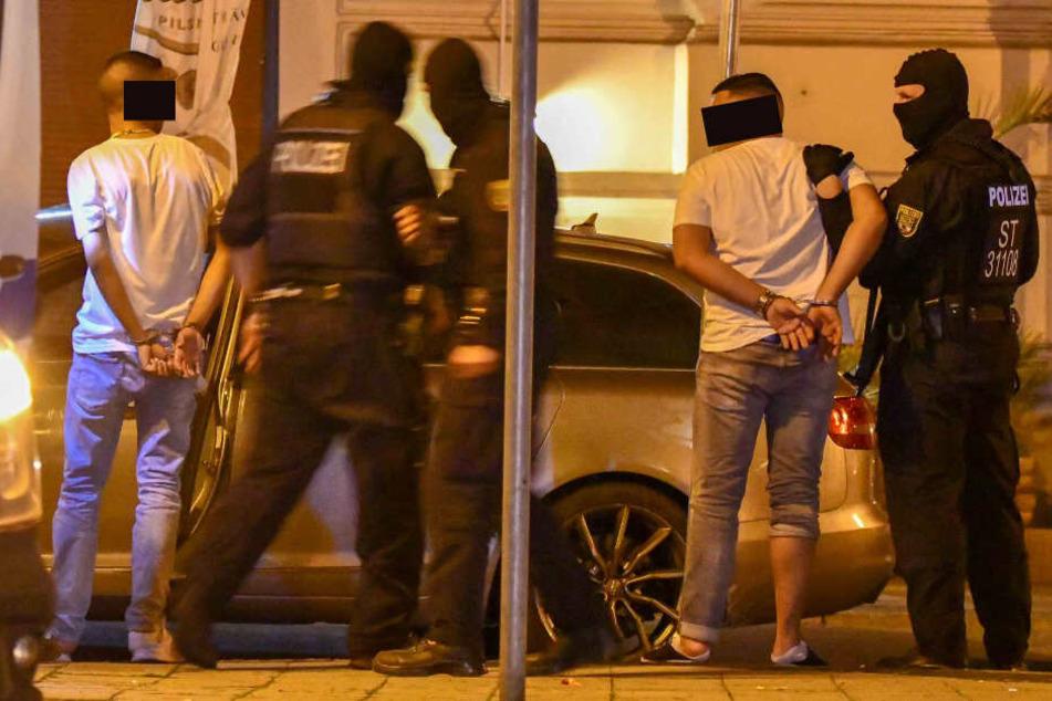Mehrere Personen wurden in der Nacht zu Dienstag in Handschellen aus der Shisha-Bar geführt.