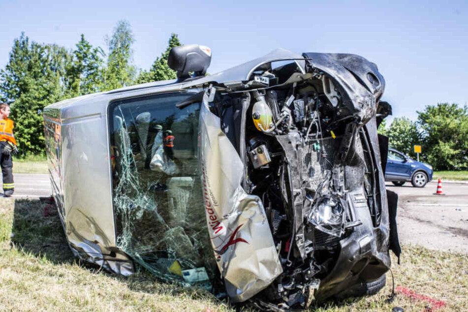 Der Klein-Lkw kam nach dem Crash auf der Seite liegend zum Stillstand.
