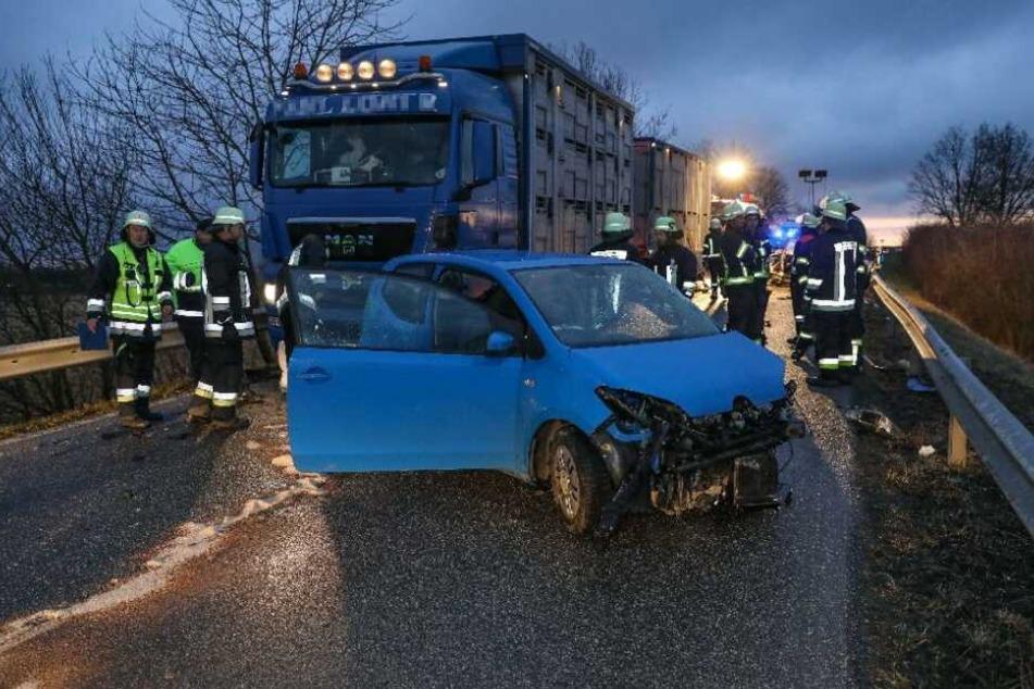 Beim Überholen des Lkw, stieß ein Auto mit einem entgegenkommenden Auto zusammen.