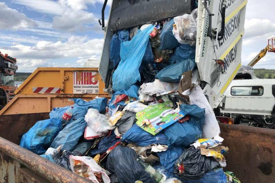 Tonnenweise muss der Müll nun von den Felder entfernt werden.