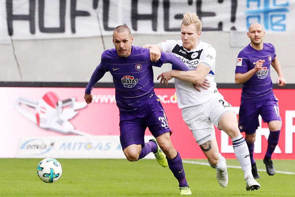 Christian Tiffert (l.), hier im Spiel gegen Arminia Bielefeld im Zweikampf mit Andreas Voglsammler, sprach nach der 0:4-Pleite bei Dynamo Dresden deutliche Worte.