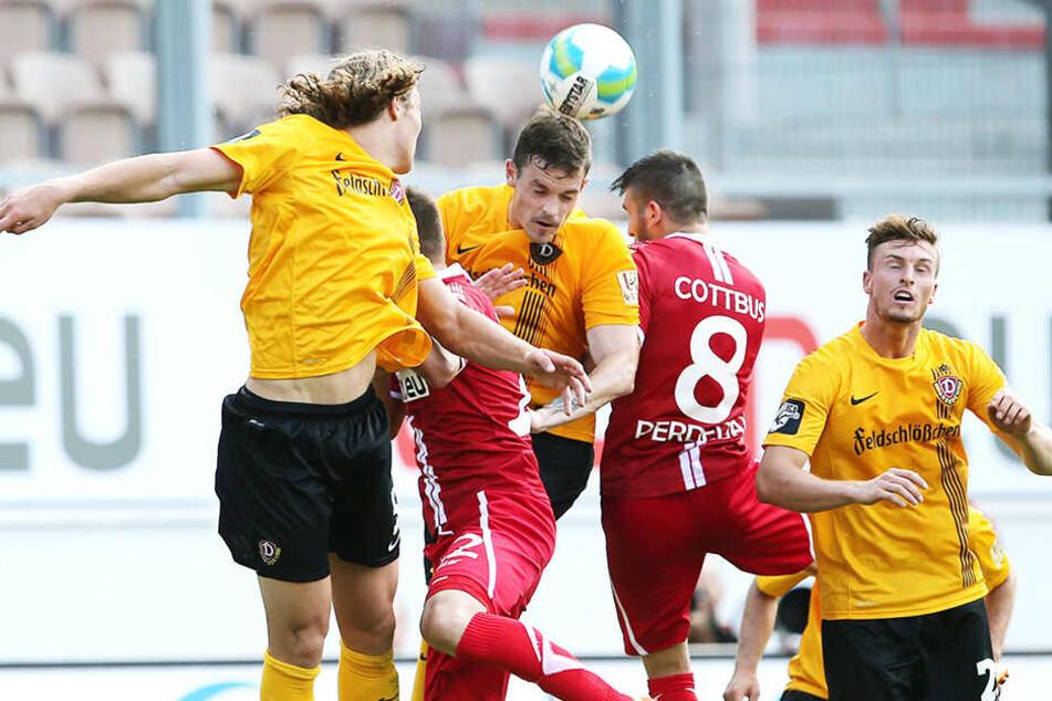Dennis Erdmann (Mitte) gewinnt den entscheidenden Kopfball in der Partie Energie Cottbus gegen Dynamo Dresden.