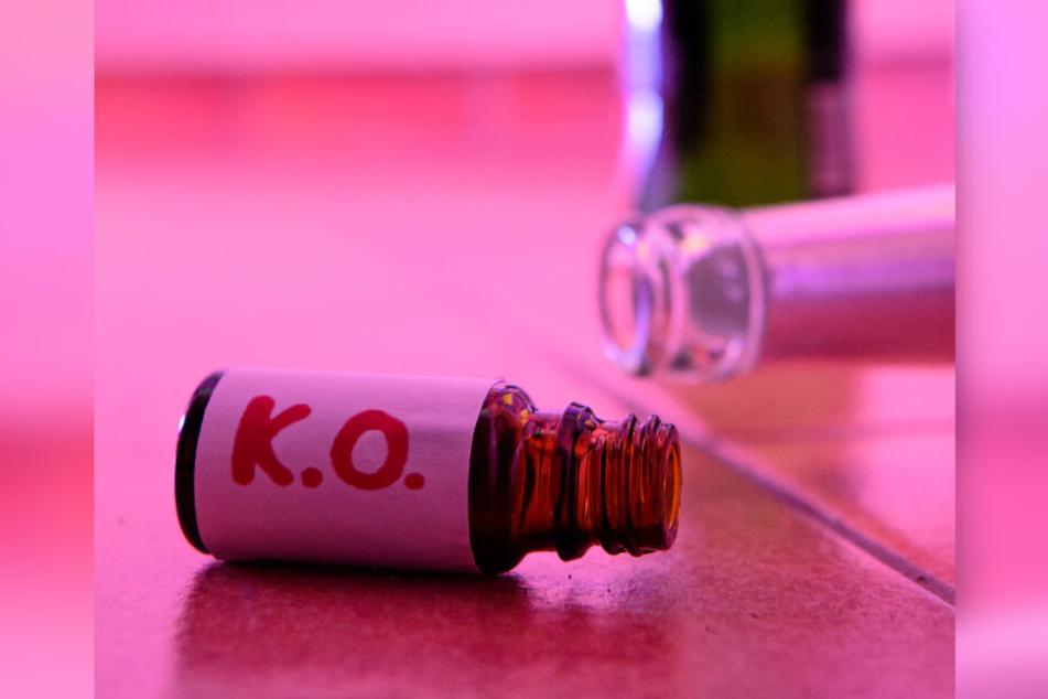 K.O.-Tropfen sind Drogen, die einen Menschen bewusstlos, hilflos oder handlungsunfähig machen. Dahinter können sich verschiedene Substanzen wie GHB, GBL und Ketamin verbergen.