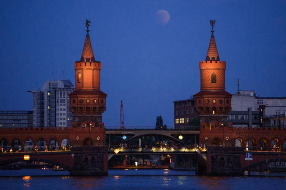 Mondfinsternis: Deutschland bestaunt Jahrhundert-Mondfinsternis: Berliner schauen in die Röhre