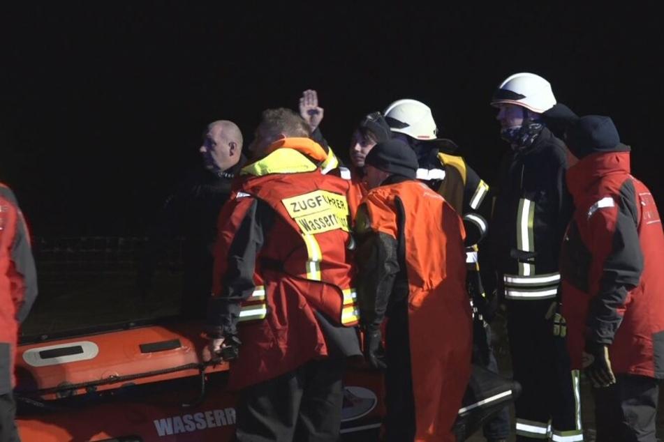Von Flut überrascht: Feuerwehr rettet Autofahrer von Bohrinsel