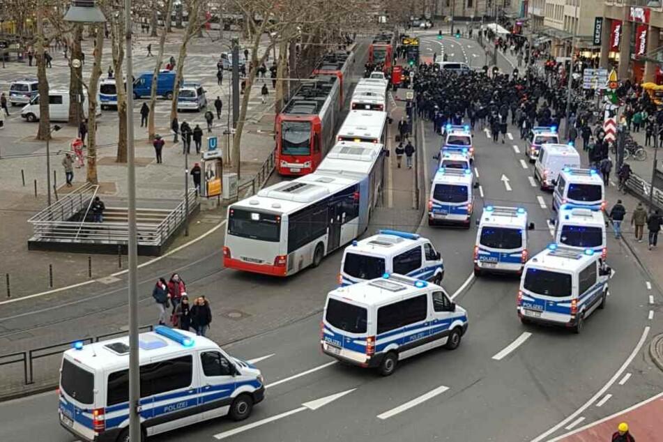 Die Polizei sicherte die Anreise der St.Pauli-Fans in Köln ab.
