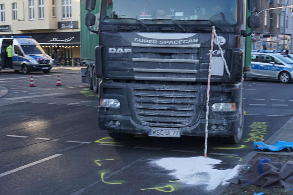 Bei einem Unfall mit einem abbiegenden LKW, wurde eine Fußgängerin schwer verletzt.