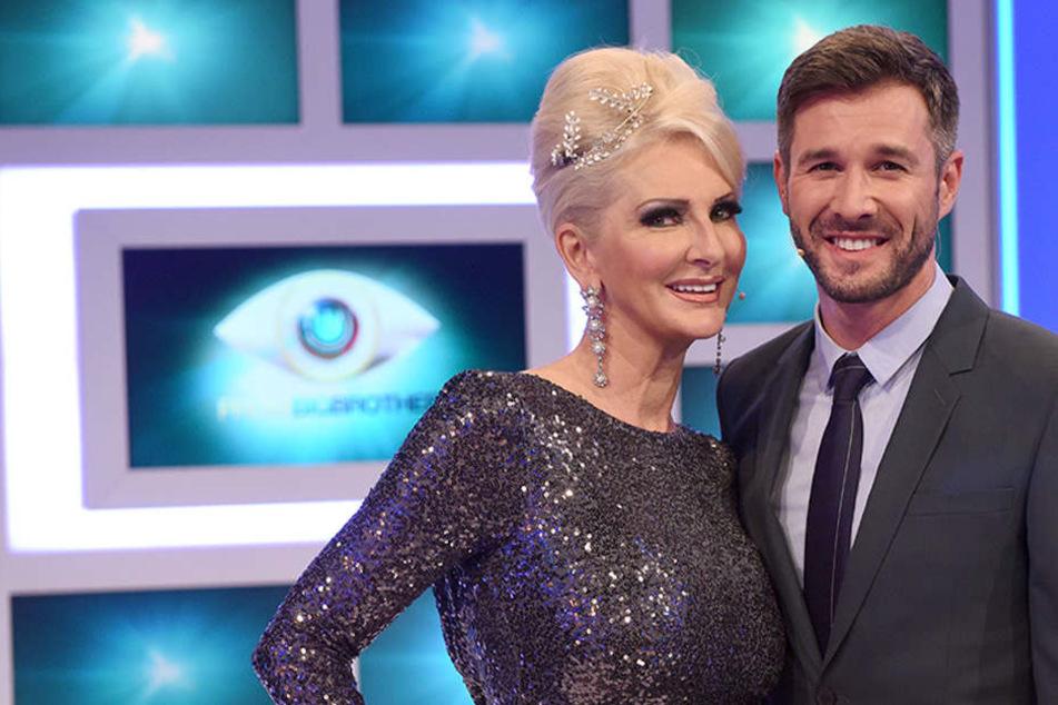 """Die Moderatoren Desiree Nick und Jochen Schropp stehen bei der Sat.1 Fernsehshow """"Promi Big Brother 2016"""" auf der Bühne."""