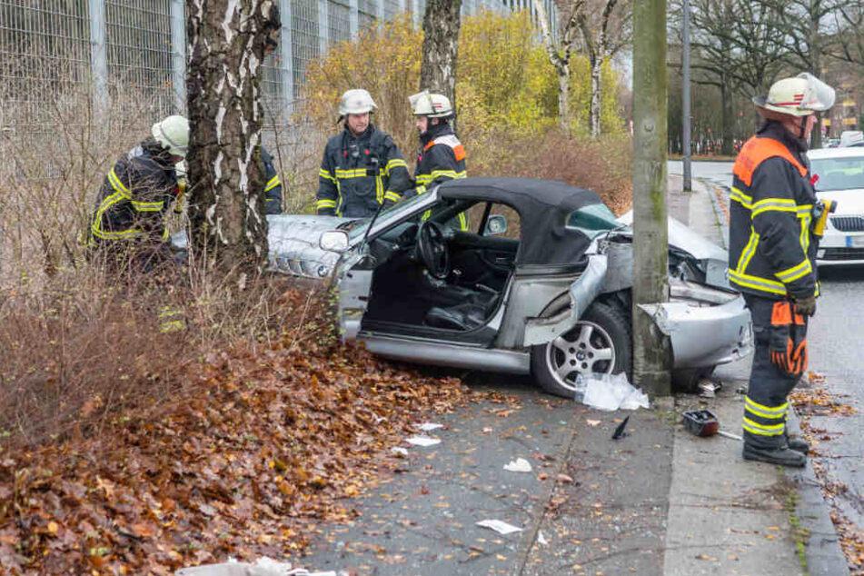 Das Auto krachte gegen eine Laterne und einen Baum.