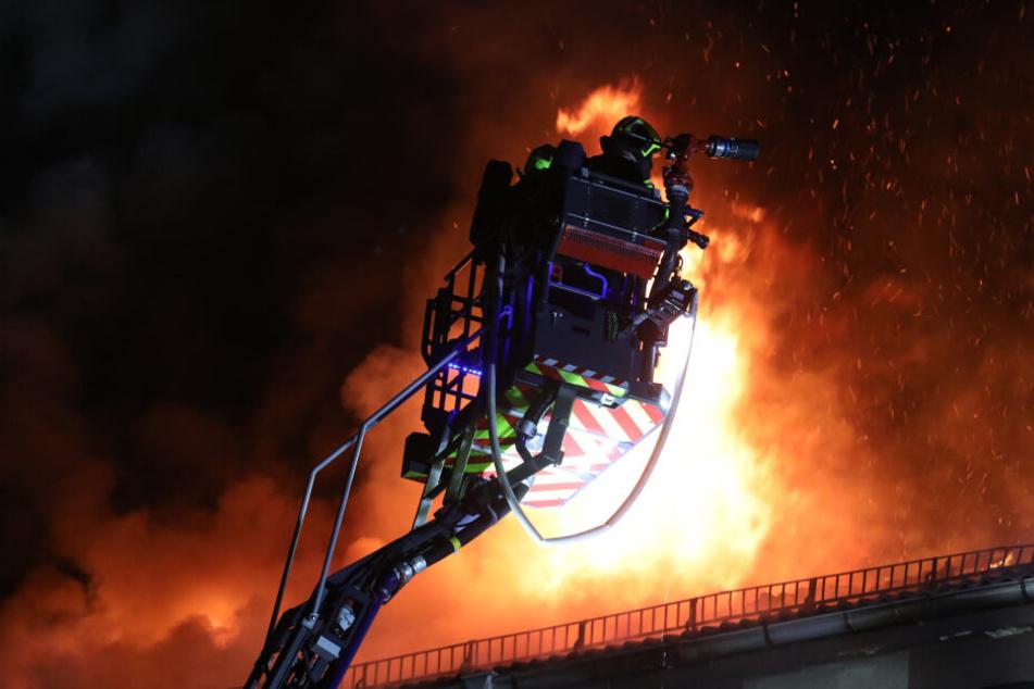Stundenlang kämpften die Einsatzkräfte gegen die Flammen.