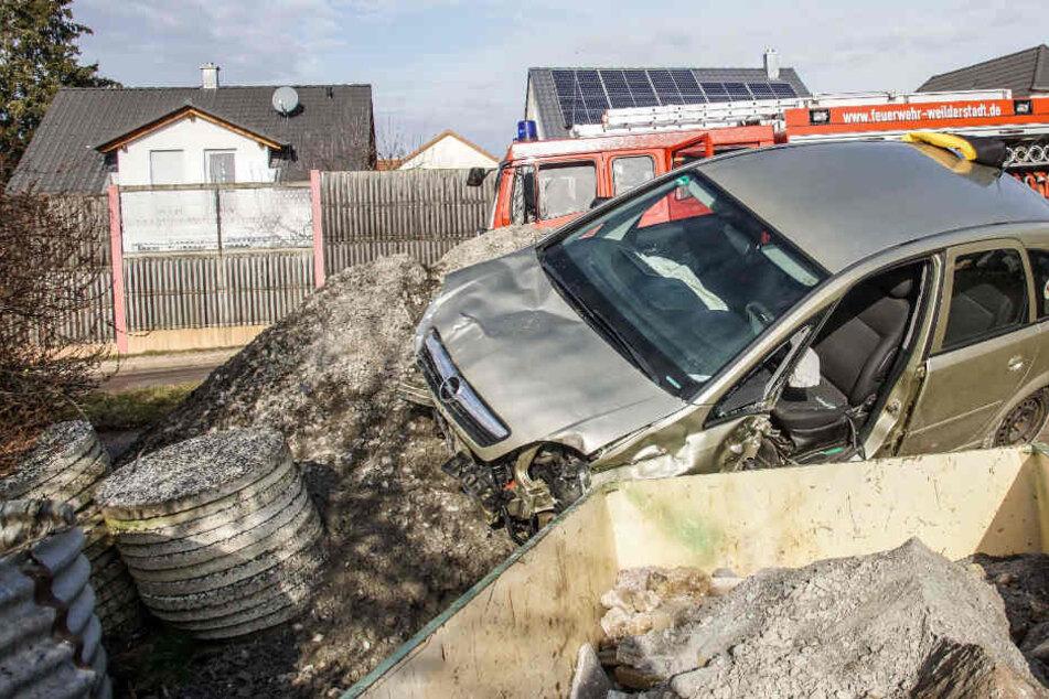 80-Jähriger kommt mit Opel von der Straße ab und landet auf einem Schutthaufen