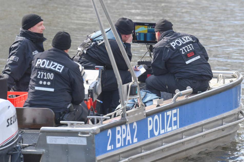 Polizeibeamte schauen auf einem Plotter auf ein Echolot bei der Suche nach der vermissten Rebecca am Storkower Kanal nahe dem Wolziger See im Landkreis Dahme-Spreewald.