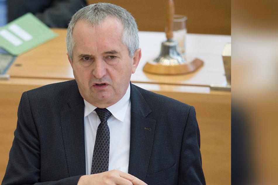 Umweltminister Thomas Schmidt (57, CDU) plant neue Abschussregeln für den Wolf.