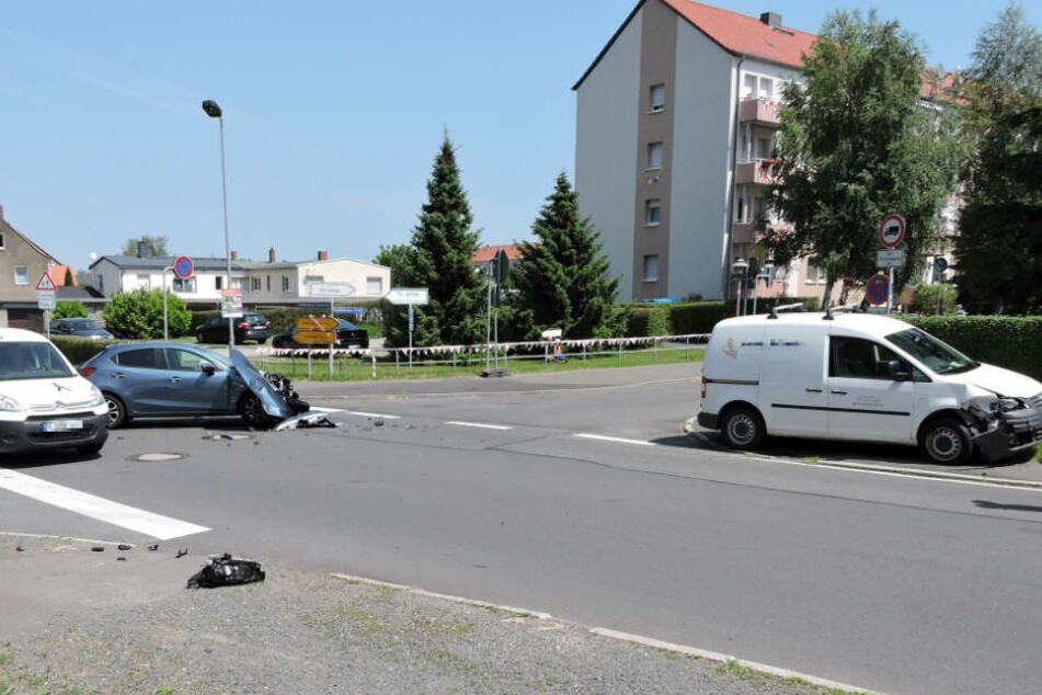 Der Mazda missachtete offenbar die Vorfahrt des VW Caddys. An beiden Autos entstand erheblicher Sachschaden.