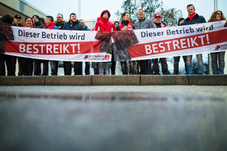 Mitarbeiter von Bosch nehmen am 01.02.2018 vor dem Bosch-Betriebsgelände in Waiblingen an einem Warnstreik der Gewerkschaft IG Metall teil.