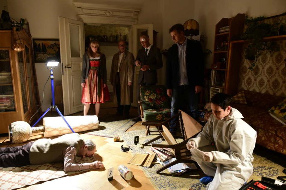 Das Mordopfer liegt am Boden. Ein wertvolles Gemälde wurde entwendet.