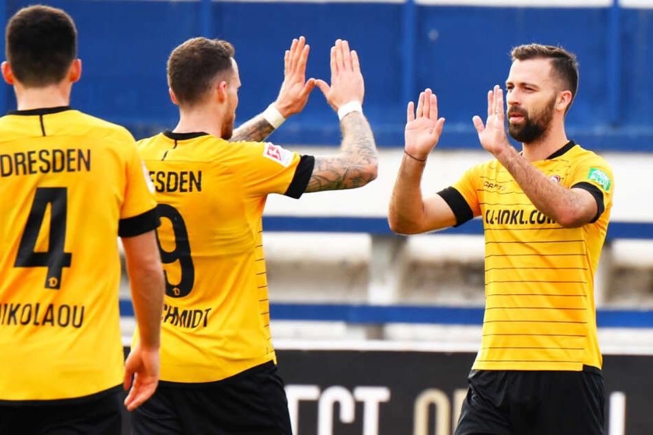 Das Zusammenspiel der Dynamo-Neuzugänge funktioniert! Josef Husbauer (r.) bereitete vor, Patrick Schmidt (M.) traf zum 1:0.