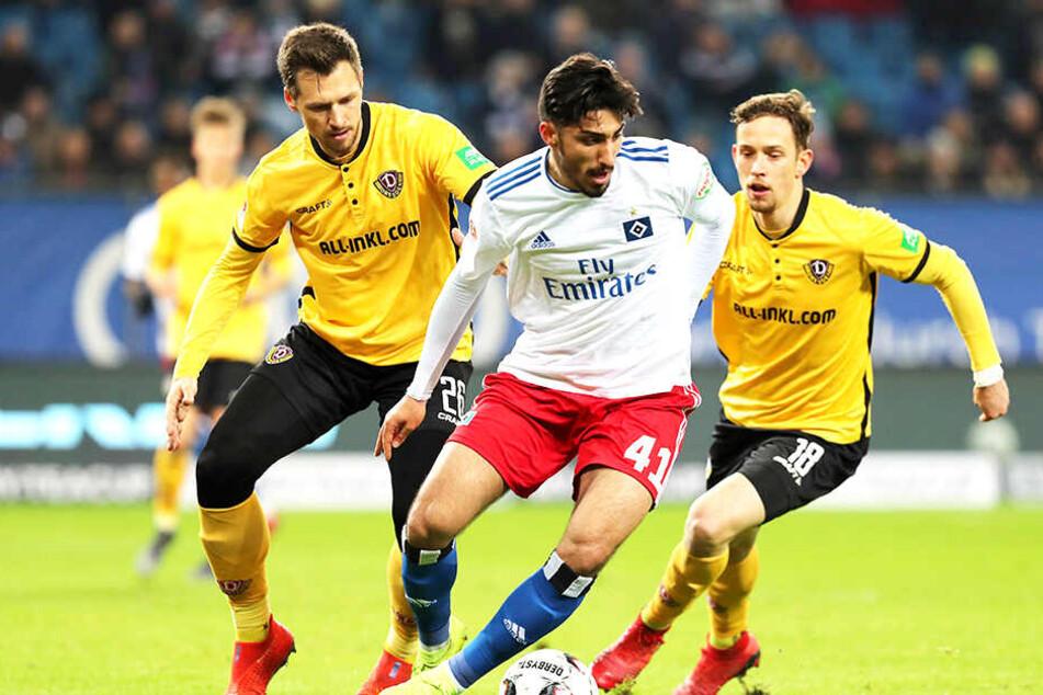 Hier laufen beim 0:1 gegen den HSV Sören Gonther (l.) und Jannik Müller dem Hamburger Berkay Özcan hinterher.